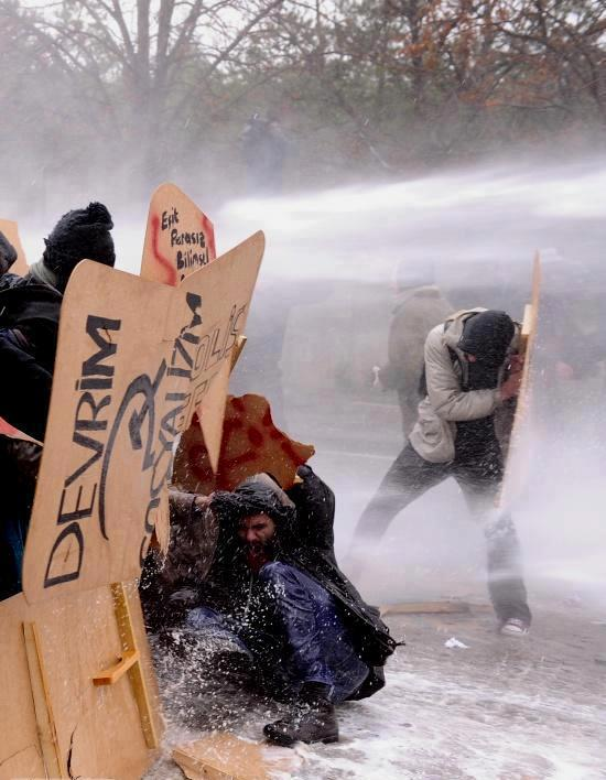 Studierende von Wasserwerfern attackiert