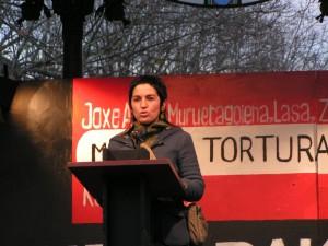 01 Nekane Txapartegi spricht auf einer Demonstration gegen Folter 2006 in Donostia San Sebastian